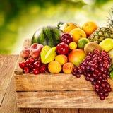 Εύγευστη επίδειξη των υγιών φρέσκων οργανικών φρούτων Στοκ Φωτογραφία