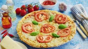 Εύγευστη ιταλική πίτσα που εξυπηρετείται στον πίνακα μπλε πετρών, πυροβολισμός από την πλευρά απόθεμα βίντεο