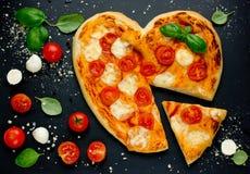Εύγευστη ιταλική πίτσα με τις ντομάτες κερασιών, μοτσαρέλα και bas Στοκ Εικόνες