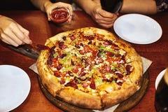 Εύγευστη ιταλική πίτσα που εξυπηρετείται στον πίνακα Στοκ εικόνα με δικαίωμα ελεύθερης χρήσης
