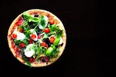 Εύγευστη καυτή πίτσα με τα μανιτάρια, τη μοτσαρέλα και pepperoni επάνω Στοκ φωτογραφία με δικαίωμα ελεύθερης χρήσης