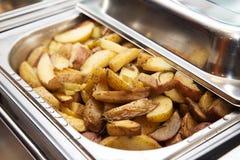 Εύγευστη καυτή ψημένη πατάτα στη θερμάστρα συμποσίου Στοκ Εικόνες