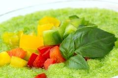 Εύγευστη κρύα πράσινη σούπα gazpacho με τα φύλλα βασιλικού Στοκ Εικόνες