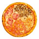 Εύγευστη κλασική ιταλική πίτσα τέσσερις εποχές με το πικάντικα κοτόπουλο, τα μανιτάρια και το τυρί στοκ φωτογραφία με δικαίωμα ελεύθερης χρήσης