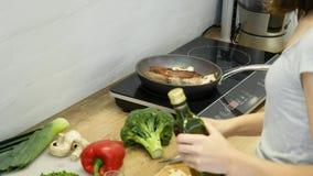 Εύγευστη μπριζόλα που τοποθετείται στην καυτή σχάρα που διακοσμείται με το αλάτι και το πιπέρι Ακατέργαστο βόειο κρέας κρέατος μπ φιλμ μικρού μήκους