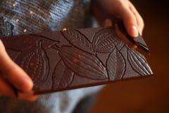 Εύγευστη οργανική σοκολάτα με το αρχικό σχέδιο στοκ εικόνες