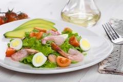 Εύγευστη ορεκτική φυτική σαλάτα με τα θαλασσινά σε ένα άσπρο πιάτο Στοκ φωτογραφία με δικαίωμα ελεύθερης χρήσης