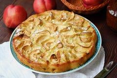 Εύγευστη πίτα της Apple με την κονιοποιημένα ζάχαρη και τα φρούτα Στοκ εικόνα με δικαίωμα ελεύθερης χρήσης