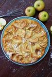 Εύγευστη πίτα της Apple με την κονιοποιημένα ζάχαρη και τα φρούτα Στοκ Φωτογραφίες