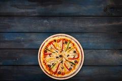 Εύγευστη πίτσα με μανιταριών πιπέρια και τις ελιές κοτόπουλου τα γλυκά σε ένα σκοτεινό ξύλινο υπόβαθρο Τοπ κατώτατος προσανατολισ Στοκ Φωτογραφία