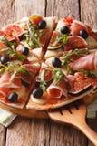 Εύγευστη πίτσα με τα σύκα, το ζαμπόν, το arugula, τις ελιές και το τυρί στενά Στοκ Φωτογραφίες