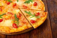 Εύγευστη πίτσα με τις ντομάτες κερασιών, τη μοτσαρέλα και το φρέσκο arugu Στοκ εικόνα με δικαίωμα ελεύθερης χρήσης