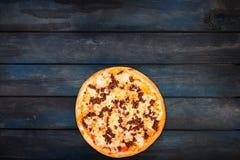 Εύγευστη πίτσα με τον κιμά σε ένα σκοτεινό ξύλινο υπόβαθρο Τοπ κατώτατος προσανατολισμός άποψης Στοκ Φωτογραφία