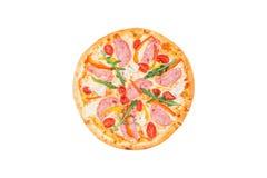Εύγευστη πίτσα με το ζαμπόν, το γλυκό πιπέρι, το rucola, τις ντομάτες και το μαρούλι παγόβουνων που απομονώνεται σε ένα άσπρο υπό Στοκ Εικόνες