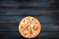 Εύγευστη πίτσα με το ζαμπόν, το γλυκό πιπέρι, το rucola, τις ντομάτες και το μαρούλι παγόβουνων Τοπ κατώτατος προσανατολισμός άπο Στοκ φωτογραφίες με δικαίωμα ελεύθερης χρήσης
