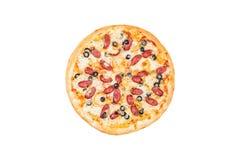 Εύγευστη πίτσα με το καπνισμένο λουκάνικο και ελιές που απομονώνονται σε ένα άσπρο υπόβαθρο Τοπ όψη Στοκ Εικόνες