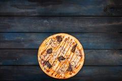 Εύγευστη πίτσα με το κρέας κοτόπουλου μανιταριών και κρεμμύδια σε ένα σκοτεινό ξύλινο υπόβαθρο Τοπ κατώτατος προσανατολισμός άποψ Στοκ εικόνες με δικαίωμα ελεύθερης χρήσης