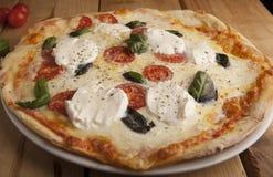 Εύγευστη πίτσα μοτσαρελών σε έναν ξύλινο πίνακα στοκ φωτογραφίες