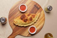 Εύγευστη πίτσα που εξυπηρετείται στο ξύλινο πιάτο - Imagen στοκ φωτογραφία με δικαίωμα ελεύθερης χρήσης