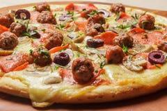 Εύγευστη πίτσα που εξυπηρετείται στο ξύλινο πιάτο - Imagen στοκ φωτογραφίες