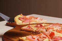 Εύγευστη πίτσα που εξυπηρετείται στο ξύλινο πιάτο - Imagen στοκ εικόνες
