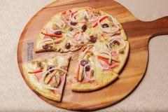 Εύγευστη πίτσα που εξυπηρετείται στο ξύλινο πιάτο - Imagen στοκ φωτογραφίες με δικαίωμα ελεύθερης χρήσης