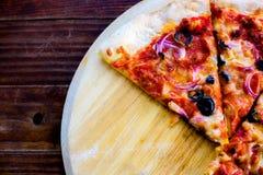 Εύγευστη πίτσα στη τοπ άποψη Yummy πίτσα με pepperoni, λαχανικά, τυρί μοτσαρελών, μαύρες ελιές στον ξύλινο πίνακα, πιάτο It's στοκ εικόνες