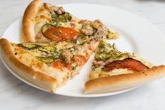 Εύγευστη πίτσα στο πιάτο Στοκ Φωτογραφίες