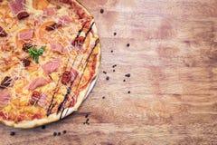 Εύγευστη παραδοσιακή πίτσα στοκ φωτογραφία
