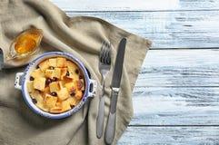 Εύγευστη πουτίγκα ψωμιού με τη σταφίδα και το μέλι Στοκ Εικόνες