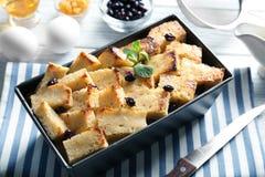 Εύγευστη πουτίγκα ψωμιού με τη σταφίδα στο πιάτο ψησίματος Στοκ Φωτογραφίες