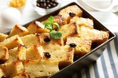 Εύγευστη πουτίγκα ψωμιού με τη σταφίδα στο πιάτο ψησίματος Στοκ εικόνες με δικαίωμα ελεύθερης χρήσης