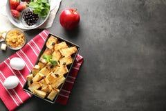 Εύγευστη πουτίγκα ψωμιού με τη σταφίδα στο πιάτο ψησίματος Στοκ εικόνα με δικαίωμα ελεύθερης χρήσης