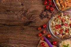 Εύγευστη σαλάτα ζυμαρικών ή μεσογειακή σαλάτα Ντομάτες με το καρύκευμα καλαμποκιού βασιλικού μοτσαρελών και το ελαιόλαδο σε έναν  Στοκ Εικόνα