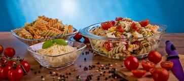 Εύγευστη σαλάτα ζυμαρικών ή μεσογειακή σαλάτα Ντομάτες με το καρύκευμα καλαμποκιού βασιλικού μοτσαρελών και το ελαιόλαδο σε έναν  Στοκ φωτογραφίες με δικαίωμα ελεύθερης χρήσης