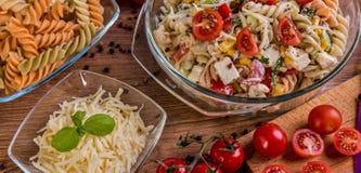 Εύγευστη σαλάτα ζυμαρικών ή μεσογειακή σαλάτα Ντομάτες με το καρύκευμα καλαμποκιού βασιλικού μοτσαρελών και το ελαιόλαδο σε έναν  Στοκ εικόνες με δικαίωμα ελεύθερης χρήσης