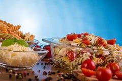Εύγευστη σαλάτα ζυμαρικών ή μεσογειακή σαλάτα Ντομάτες με το καρύκευμα καλαμποκιού βασιλικού μοτσαρελών και το ελαιόλαδο σε έναν  Στοκ Φωτογραφία