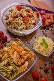 Εύγευστη σαλάτα ζυμαρικών ή μεσογειακή σαλάτα Ντομάτες με το καρύκευμα καλαμποκιού βασιλικού μοτσαρελών και το ελαιόλαδο σε έναν  Στοκ εικόνα με δικαίωμα ελεύθερης χρήσης