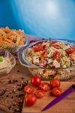 Εύγευστη σαλάτα ζυμαρικών ή μεσογειακή σαλάτα Ντομάτες με το καρύκευμα καλαμποκιού βασιλικού μοτσαρελών και το ελαιόλαδο σε έναν  Στοκ φωτογραφία με δικαίωμα ελεύθερης χρήσης