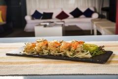 Εύγευστη σαλάτα μακαρονιών με το φοίνικα γαρίδων, ντοματών και pupunha στοκ εικόνα