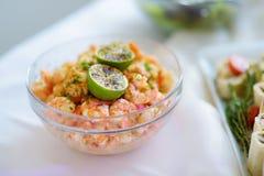 Εύγευστη σαλάτα γαρίδων που εξυπηρετείται σε ένα κόμμα ή μια δεξίωση γάμου Στοκ Εικόνα