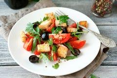 Εύγευστη σαλάτα με τις ελιές, το arugula και τις ντομάτες Στοκ Φωτογραφία