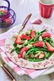 Εύγευστη σαλάτα σπαραγγιού φραουλών, κινηματογράφηση σε πρώτο πλάνο στοκ εικόνα
