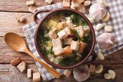 Εύγευστη σούπα σκόρδου με croutons σε μια κινηματογράφηση σε πρώτο πλάνο κύπελλων horizont Στοκ φωτογραφία με δικαίωμα ελεύθερης χρήσης