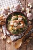 Εύγευστη σούπα σκόρδου με croutons σε μια κινηματογράφηση σε πρώτο πλάνο κύπελλων κάθετος Στοκ Εικόνες