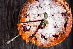 Εύγευστη σπιτική πίτα κερασιών με το αμύγδαλο Στοκ εικόνες με δικαίωμα ελεύθερης χρήσης