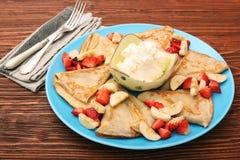 Εύγευστη τηγανίτα με τεμαχισμένος της φράουλας και της μπανάνας Στοκ Φωτογραφίες