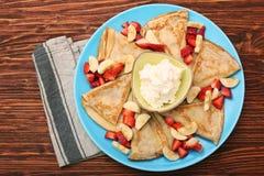 Εύγευστη τηγανίτα με τεμαχισμένος της φράουλας και της μπανάνας Στοκ εικόνες με δικαίωμα ελεύθερης χρήσης