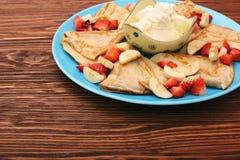 Εύγευστη τηγανίτα με τεμαχισμένος της φράουλας και της μπανάνας Στοκ φωτογραφία με δικαίωμα ελεύθερης χρήσης