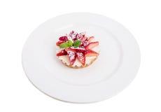 Εύγευστη φράουλα shortcake με την κτυπημένη κρέμα Στοκ φωτογραφία με δικαίωμα ελεύθερης χρήσης